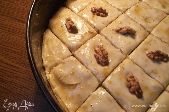Снова тесто, растопленное масло, орехи. Не забываем каждый слой промазывать маслом. Это важный этап! Два верхних слоя укладываем без орехов. Разрезаем в форме пахлаву, в разрезы наливаем растопленное масло.