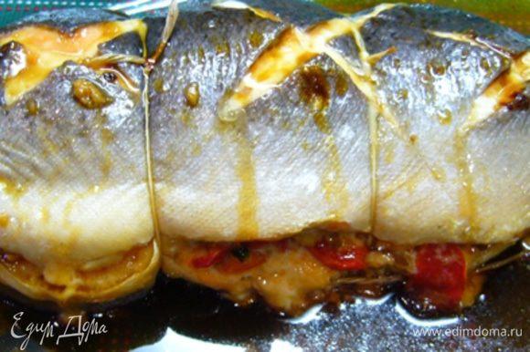 Готовую рыбу вынуть из духовки, полить соусом, накрыть фольгой, дать постоять 5 мин. Заметьте, рыбу мы не солили, вот сейчас она просолится от соевого соуса. Сам соус за это время загустеет. Ну вот, можно подавать ароматную красавицу на стол!