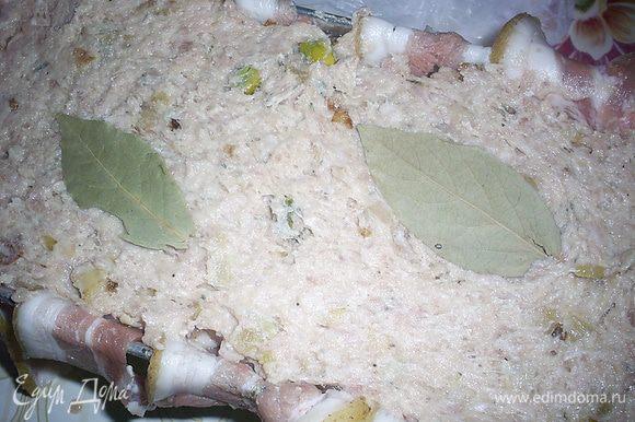 Теперь повторяем: вторая треть фарша, курочка, оставшийся фарш. Сверху кладем 2 лавровых листочка.