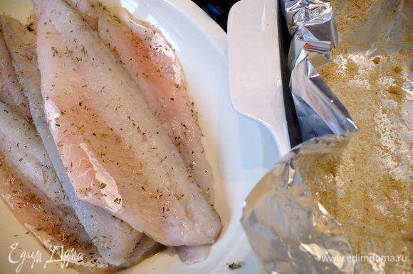Филе рыбы (если честно, то я впервые использовала филе судака, оно оказалось безумно костлявым, поэтому в следующий раз приготовлю это блюдо со своим любимым красным окунем) промоем, оботрем бумажным полотенцем, посолим, поперчим и посыпем орегано. Форму для запекания выложим двумя листами фольги внахлест. Смажем 1 ст.л. оливкового масла и посыпем сухарной крошкой.