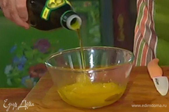 К апельсиновой мякоти с соком влить 1 ст. ложку оливкового масла.