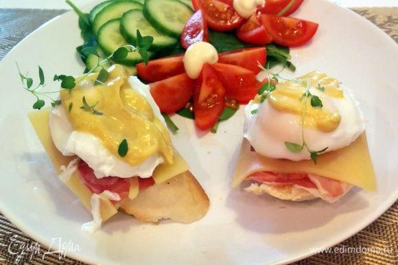 Шумовкой достаем яйца и кладем на основу. Смазываем горчицей по вкусу. Приятного аппетита!