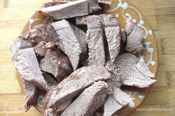 Из бульона удалить лук, морковь, мясо. Процедить. Положить в кипящий бульон перловку, картофель, лук с морковью, беконом и огурцами, варить до готовности картофеля (минут 10 - 12) . За 2- 3 минуты до конца варки влить рассол. Посолить, если требуется. Снять с огня, закрыть крышкой и дать настояться минут 10. Мясо порезать кусочками, добавить в рассольник.