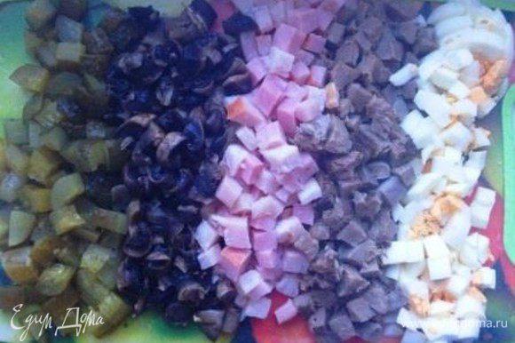 Нарезать одинаковыми кубиками очищенные язык, яйца, ветчину, соленый огурец и грибы.