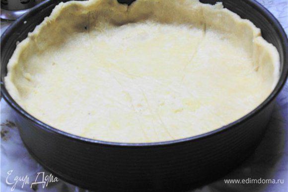 От теста отщипнуть небольшой кусочек. Остальное тесто раскатать между двумя листами пергамента и выложить в разъёмную форму d 24 см, застеленную пекарской бумагой.