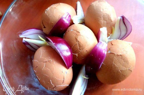 И поместить в ёмкость к яйцам.