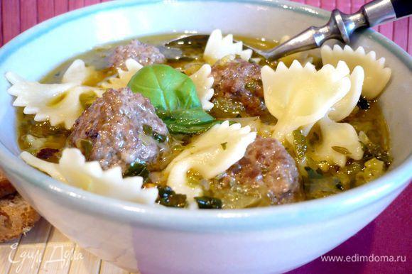 Посолим и поперчим наш суп. Добавим в него фрикадельки и оставим настаиваться на 5 минут. Разложим макароны по тарелкам, зальем нашим супом! Приятного аппетита!