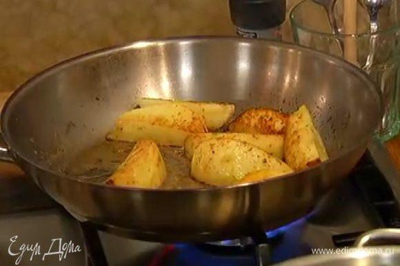 Разогреть в сковороде сливочное масло, добавить сахар, выложить яблоки и дать им слегка закарамелизироваться. Посыпать мускатным орехом, перемешать и выключить огонь.