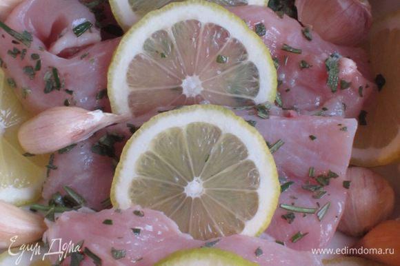 Выложить в форму неочищенный чеснок, лимон, залить вином и запекать в разогретой до 180 °С духовке 30 минут, затем поставить под гриль на 5 минут.
