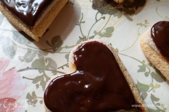 Обмазываем сердечки остатками шоколада.