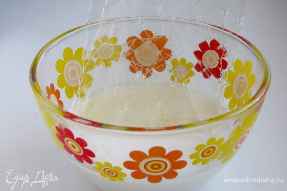 Желатин залить парой ложек воды или молока и оставить набухать.