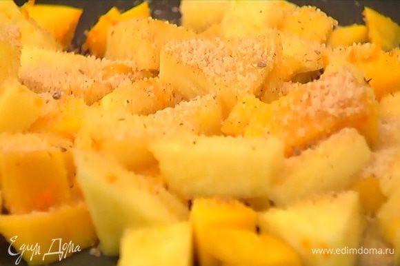 Мякоть манго и ананаса перемешать с апельсиновой цедрой, выложить в форму, посыпать 1 ст. ложкой ароматного сахара и запекать в разогретой духовке 7–10 минут.