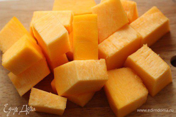 Тыкву очистить от кожицы и нарезать кубиками. Размер и форма нарезки особого значения не имеют, т.к. при приготовлении овощи частично разварятся...