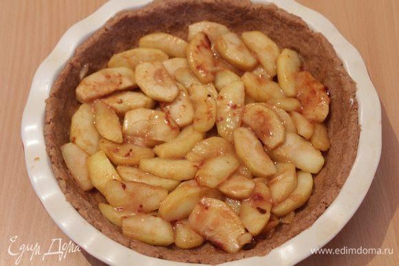 На тесто выкладываем яблоки.