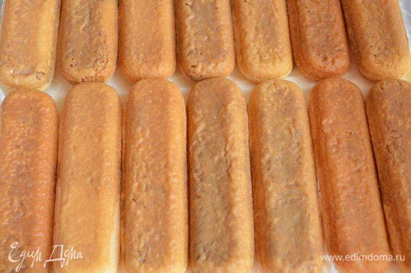 Первый слой наполняем творожно-сливочным кремом, затем сверху укладываем пропитанное печенье.