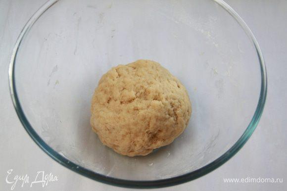 Замесить тесто из просеянной муки, сметаны и масла.