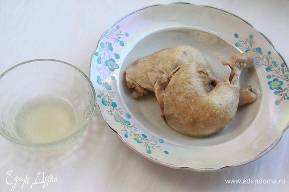 Куриное мясо отварить до готовности, мясо отделить от костей, мелко порубить. Оставить немного бульона.