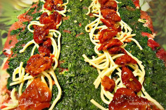 Сверху выложить шпинат, спагетти, вяленые помидоры.