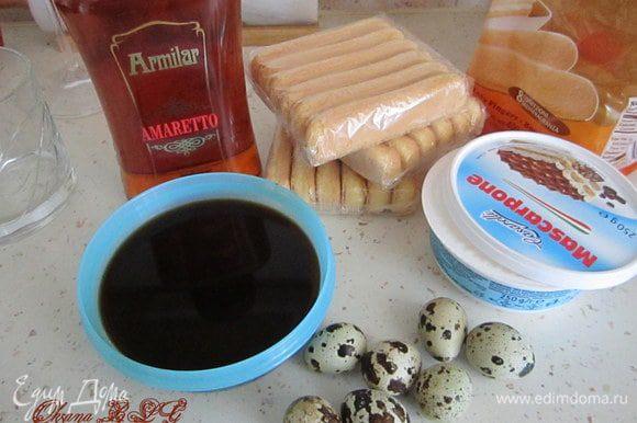 Подготовить все ингредиенты. Сварить крепкий кофе, остудить. Белки отделить от желтков (нам понадобятся только желтки).