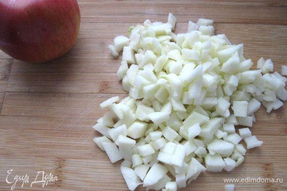 Одно яблоко почистить, разрезать на четыре части, вынуть семена, порезать мелкими кубиками.