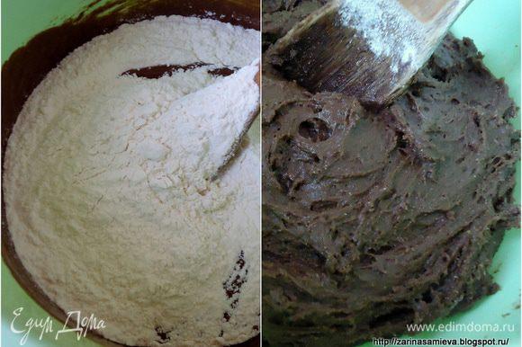 Муку просеять и замесить тесто. Оно будет вязким. Накрыть тесто пленкой и убрать в холод на 30 минут.