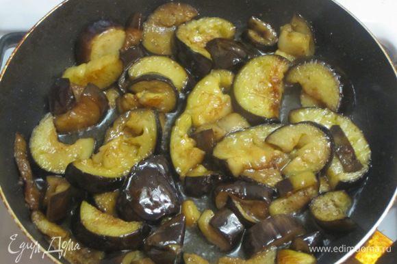 Затем влить соевый соус и готовить, помешивая, ещё 3-5 минут.
