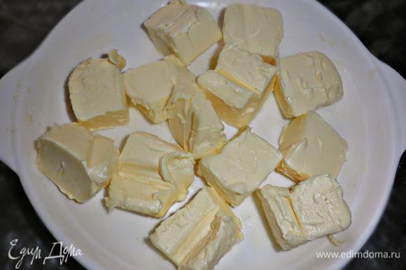 Масло порубить на кусочки и оставить нагреться до комнатной температуры.