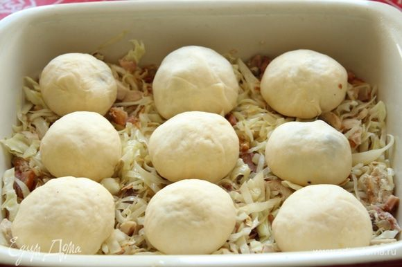 Выложить булочки поверх капусты и оставить на 20-30 минут.