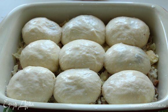 Подогреть немного сливки и распустить в них 1 ст. л. сливочного масла. Перед тем как отправить булочки в разогретую духовку полить их сливками.