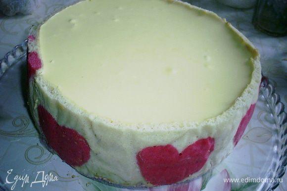 Выливаем сверху застывшего клубничного мусса и оставляем застывать в холодильнике минимум 6 часов, а лучше на ночь. Утром освобождаем торт от разъемного кольца.