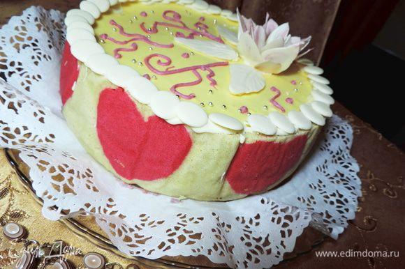 Украшаем по своему желанию. У меня шоколадный цветок и листочки. Как их сделать, можно посмотреть тут http://www.edimdoma.ru/posts/14626