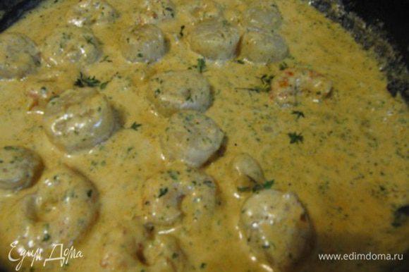 Добавить сливки и перемешать, продолжать варить до желаемой консистенции соуса. Добавить сушеную петрушку.