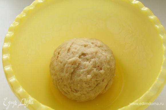 Добавить растительное масло, соль, яйцо и постепенно вмешать оставшуюся муку. Тесто должно получиться мягким и эластичным. Положить в миску, накрыть и поставить в тёплое место на 1,5 часа.