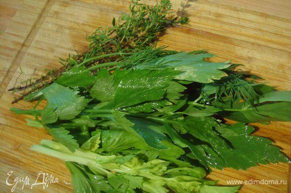 Зелень помыть и мелко нарубить. Зелень может быть абсолютно любая. У меня сельдерей, укроп и тимьян.
