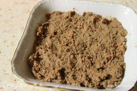 Печень с овощами пропустить один раз через мясорубку, добавить размягченное сливочное масло и хорошо все перемешать. Полученный паштет переложить в форму и убрать пока в холодильник.