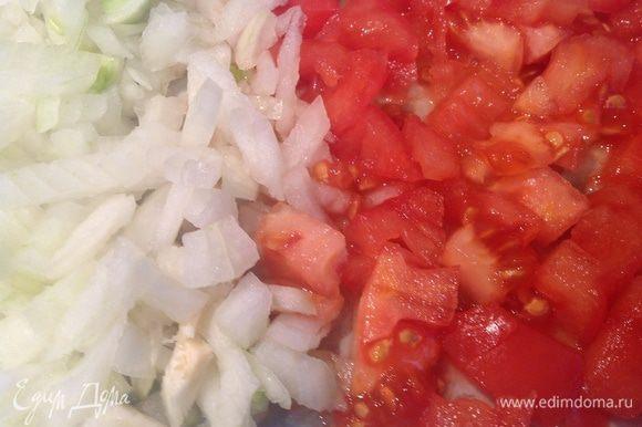 Приготовьте соус: лук и помидоры очистите и порежьте. Потушите до мягкости с 2 ст. л. масла, посолите, поперчите и добавьте базилик.