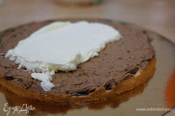 Сборка торта. Каждый корж покрываем тонким слоем шоколада (если он будет застывать - добавляйте немного ликера и растапливайте заново), порцией масляного, а затем сливочного крема.