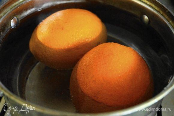 Для начала нужно сварить апельсины: апельсины сложить в кастрюлю, залить холодной водой, так чтобы она покрывала их сверху. Поставить на огонь, дать закипеть и варить 25 минут. После этого слить горячую воду и залить апельсины снова холодной водой. Варить еще 25 минут и слить воду.