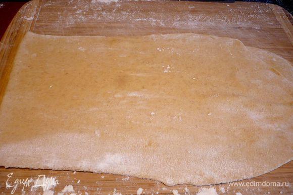 Только после этого раскатываем тесто максимально тонко, по длине пласт будет в два раза превышать предыдущую длину пласта (я тесто для фото сложила, чтобы было лучше видно).
