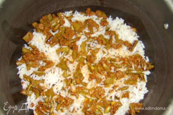На дно кастрюли с толстым дном налить 2 ст.л. растительного масла без запаха и нагреть его, потом укладываем слоями рис и фасоль с фаршем: вначале небольшой слой риса, затем немного фарша с фасолью и тд.