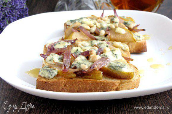 Достаньте готовые тосты и полейте тонкой струйкой меда. Переложите на блюдо и подавайте горячими.