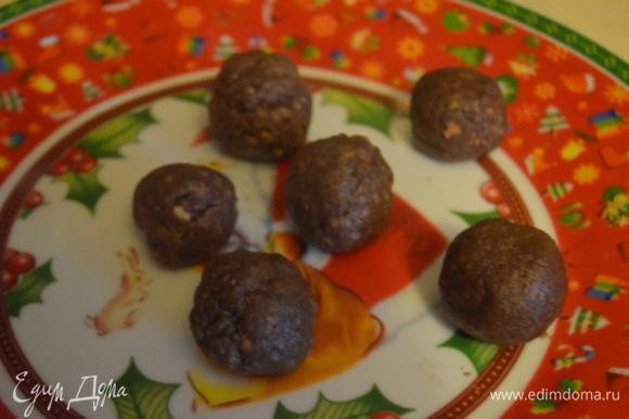 Из нее формируем небольшие шарики, складываем на тарелку и отправляем в холодильник.