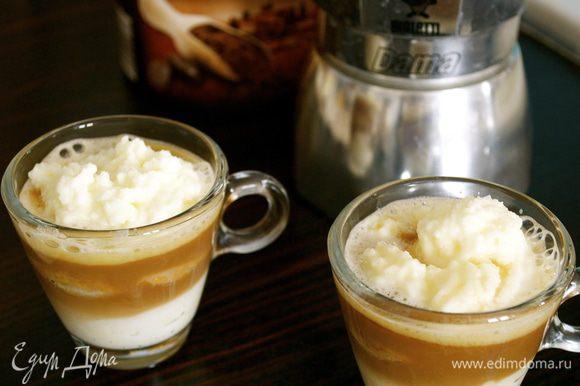 Сверху выложить еще крем. Залить все осторожно горячим кофе.