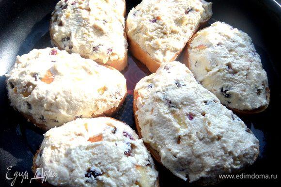 Распределяем щедро начинку на ломтики хлеба и кладем их в смазанную форму.