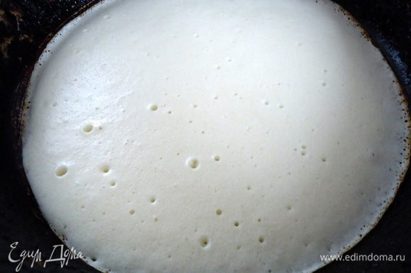 Выпекать блины обычным способом на хорошо разогретой сковороде. Первый раз смазать сковороду маслом, в последующем этого делать не надо.