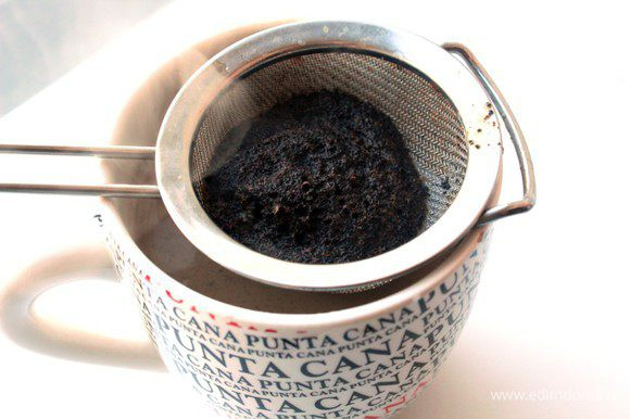 Закипятить молоко, добавить в него молотый кофе и дать настояться 3 минуты, затем процедить через сито.