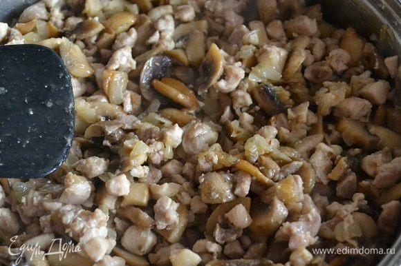 На сильном огне обжариваю кусочки курицы до полуготовности, пока не начнут немного золотиться бочка, осторожно! не пересушите. Во время жарки курицы образуется много сока, его можно слить в грибы. Выкладываю в сотейник.