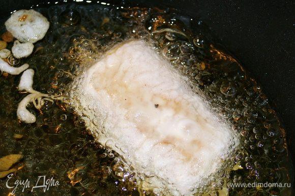 Каждый кусочек обмакнуть в кляр и обжарить во фритюре.
