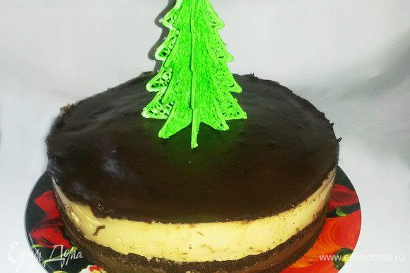 Утром освобождаем наш торт от кольца и покрываем его глазурью. Для нее шоколад растопим с маслом и сливками (можно заменить молоком). Как только глазурь затвердеет - торт можно кушать!