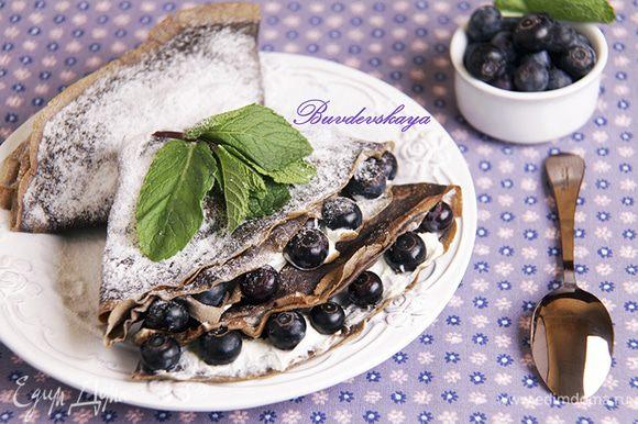 5. Выложите блины на тарелки, посыпьте их сверху сахарной пудрой и украсьте веточками мяты. ENJOY !